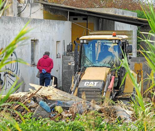 La imagen muestra los trabajos llevados a cabo ayer junto al taller abandonado y okupado por el que pasó Nuria Ester.