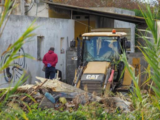 Trabajos llevados a cabo ayer junto al taller abandonado y okupado por el que pasó Nuria Ester.