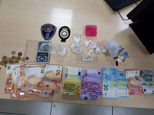 Dinero en efectivo y drogas confiscadas a la conductora.