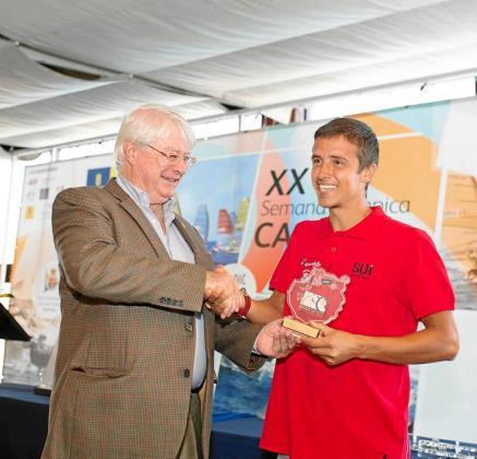 Mateo Sanz, a la derecha, recoge el galardón para el campeón de la Semana Olímpica Canaria en la clase RS:X.