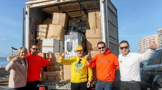 Nuria Moreno junto a los voluntarios que han ayudado en la campaña.
