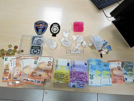 Imagen de las diferentes sustancias y los 2.234 euros intervenidos por la Policía Local.