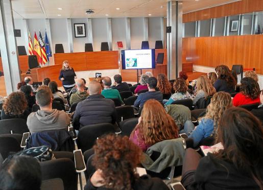 María Ángeles Leciñena imparte su charla durante las jornadas sobre violencia sexual.