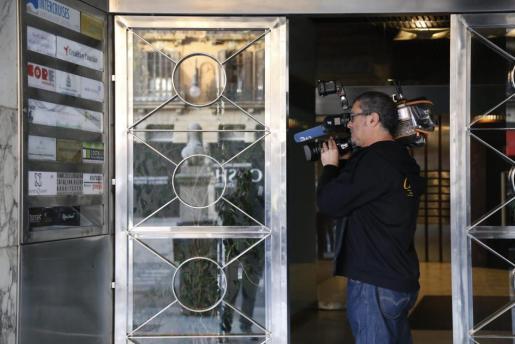 Un cámara, tomando imágenes en la sede de Europa Press en Baleares.
