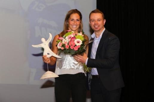 IBIZA - POLIDEPORTIVO - GALA DE ENTREGA DE LOS PREMIS DE L'ESPORT 2017. Ana Ferrer, con su galardón demejor deportista del año.