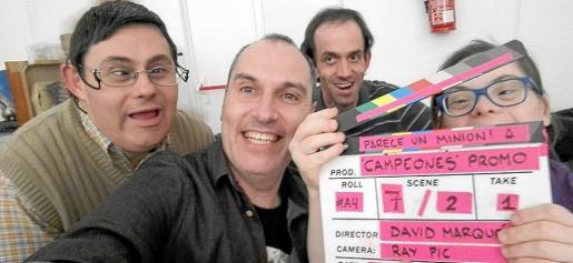 David Marqués, en el centro, junto al equipo de la película Campeones en una fotografía promocional.