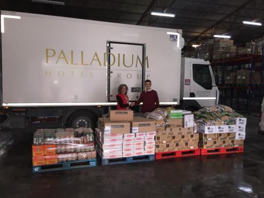 Acto de entrega de la donación a Cruz Roja.