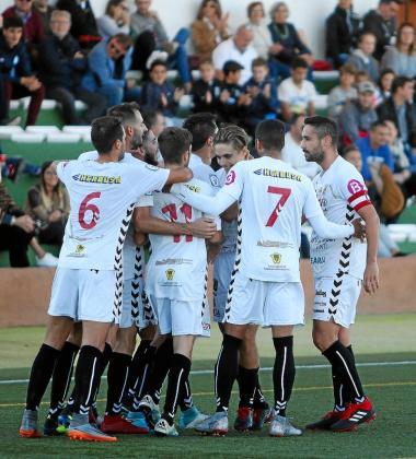 Los jugadores de la Peña Deportiva celebran un gol.