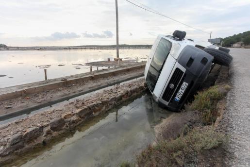 Imagen de la furgoneta volcada en uno de los canales de ses Salines.