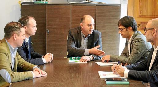 La firma del convenio se formalizó ayer en el Ayuntamiento de Santa Eulària.
