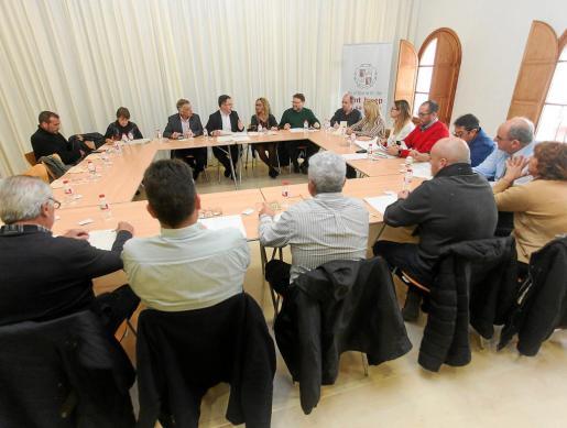 La sala de plenos del Ayuntamiento de Sant Josep celebró ayer la segunda Mesa de Turismo del año.