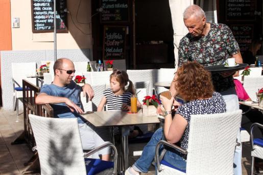 Los turistas gastan más en sus vacaciones en Mallorca y Menorca que no en las Pitiusas.