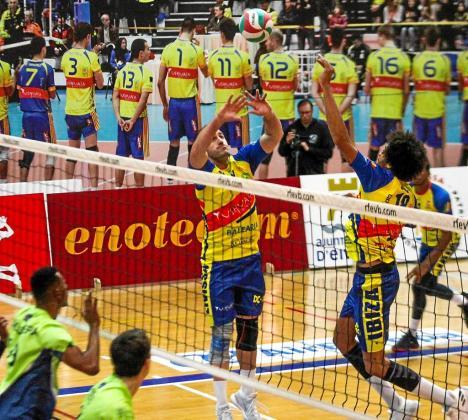 Germán Galdón coloca el balón para Elvis en el partido disputado ayer en es Viver entre el Ushuaïa Voley y el Textil Santanderina.