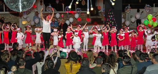 Los asistentes al festival disfrutaron con la actuación de los alumnos más pequeños de la Ibiza Dance Academy.