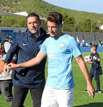 Palop felicita a Germán tras el choque.