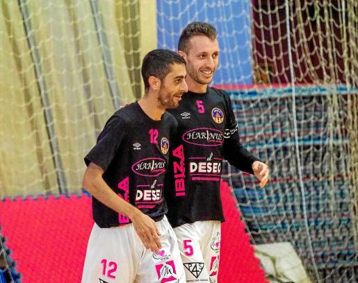 Kike y Yuyu, jugadores del Harinus Ibiza Futsal, celebran un gol en el pabellón de es Viver.