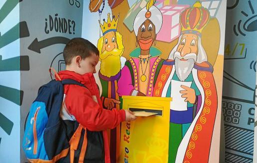 Los niños de Infantil y 1º de Primaria de Sa Jovería dejaron ayer sus cartas en Correos.