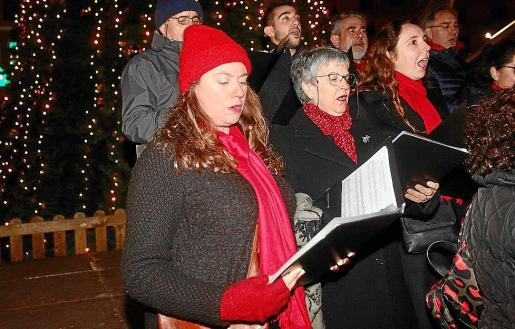 Los miembros del Coro Amics de sa Música comenzaron en torno a las 20.00 horas en el árbol solar de Vara de Rey y durante una hora cantaron en distintos rincones del céntrico paseo de Vila.