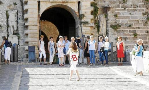 Imagen de archivo de turistas en el portal de ses Taules de Dalt Vila.