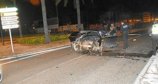 Imagen del estado en el que acabó un coche que salió despedido tras arrancar una señal de tráfico y chocar contra una palmera.