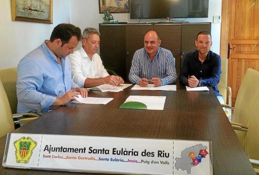 Imagen del acuerdo firmado entre el Ayuntamiento y arquitectos y aparejadores.