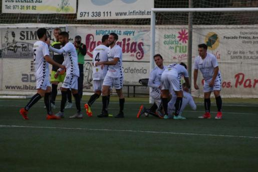 Los jugadores peñistas celebran el segundo gol, obra de Cristeto.
