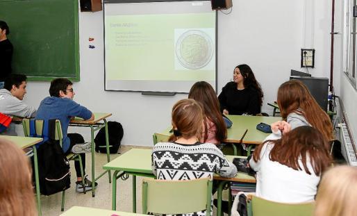 A través de actividades formativas y lúdicas, los alumnos conocen la función del Parlamento, sus actividades legislativas y sus valores.