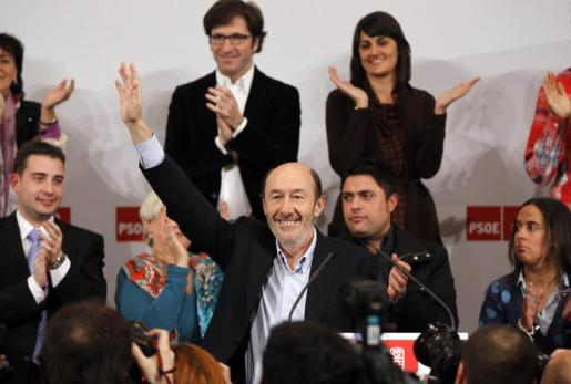 Alfredo Perez Rubalcaba, PSOE candidate for the Spanish 2011 elections and current acting head of the Socialist Group in Congress, waves as he arrives to announce his candidacy to succeed former Spanish Prime Minister Jose Luis Rodriguez Zapatero as the party's Secretary General in Madrid, December 29, 2011. REUTERS/Susana Vera (SPAIN - Tags: POLITICS) SPAIN/