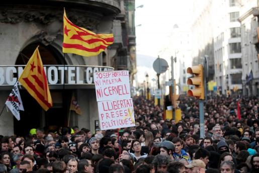Simpatizantes independentistas, que protestan en Vía Laietana, en las inmediaciones de la Llotja de Mar de Barcelona, donde se ha celebrado una reunión del Consejo de Ministros.