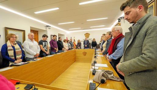 Los integrantes del pleno municipal durante el minuto de silencio en memoria de Laura Luelmo, asesinada en Huelva.