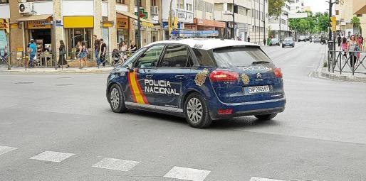 Imagen de un coche patrulla de la Policía Nacional dirigiéndose a los juzgados de Ibiza.