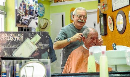 Tertulia. La barbería de Vicent es un lugar de encuentro para su clientela, que charla sobre política, fútbol o el día a día.