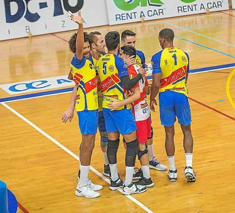 Varios jugadores del Ushuaïa celebran un punto.