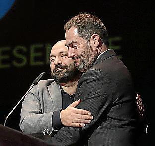 Marcel Mauri abraza a Josep de Luis antes de leer la carta de Cuixart en los premios de la OCB.