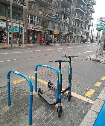 Los patinetes eléctricos de alquiler se pueden ver cada vez más aparcados en las calles de Palma, como muestran las imágenes .
