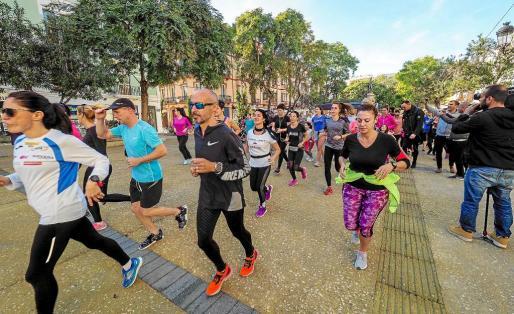 Cerca de 200 personas salieron a correr desde el Paseo de Vara de Rey en memoria de Laura Luelmo, poco después de las 11 de la mañana.