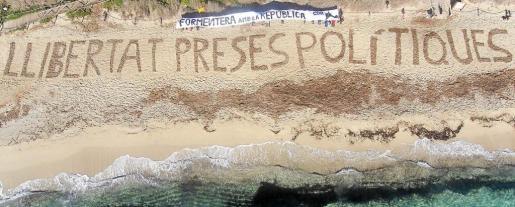 Ésta fue la última acción que realizó el CDR de Formentera el pasado 2 de diciembre en la playa de Migjorn.