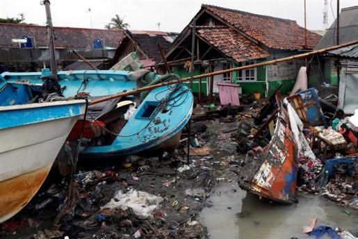 Los muertos por el tsunami de Indonesia superan ya los 400.