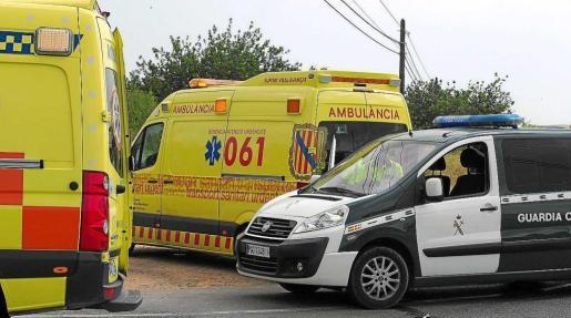 Imagen de archivo de una ambulancia del 061 y una furgoneta de Agrupación de Tráfico de la Guardia Civil.