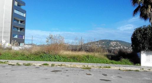 El solar de la calle Xarc, donde se han proyectado 19 VPO en el barrio de s'Hort de sa Fruita, sigue vacío.