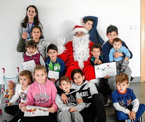 Decenas de niños y niñas pidieron por escrito al Papá Noel, que pasó por el Punt Jove de Puig d'en Valls y el Centre Cultural de Jesús, sus regalos de Navidad.