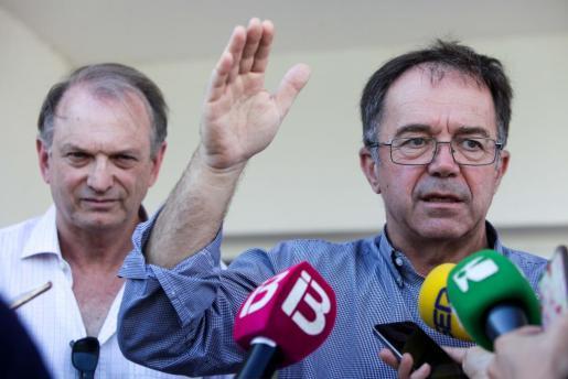 Imagen de archivo del alcalde de Sant Josep, Josep Marí Ribas, dando explicaciones por los vertidos fecales en ses Salines.