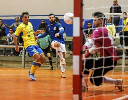 Ernesto dispara a portería durante el partido Gasifred-Muro de la temporada pasada.