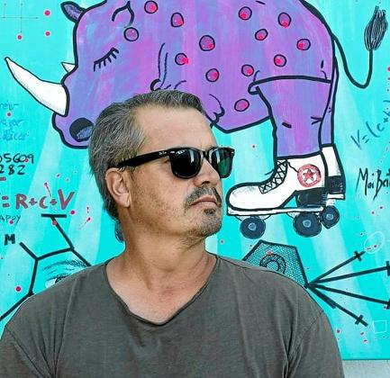 El artista ibicenco Moi Berlanga en una imagen promocional junto a una de sus obras.