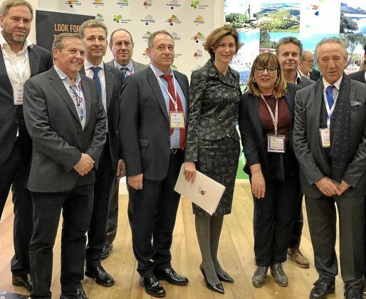 La secretaria de Estado de Turismo, Bel Oliver, en el centro junto a Gabriel Llobera (a su derecha) y la vicepresidenta Bel Busquets, mantuvo diversos encuentros en el estand balear sobre el futuro del 'Brexit' y su impacto en la industria turística.