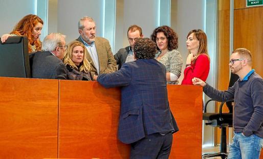 La consellera de Mobilitat pidió un receso para estudiar la petición del PP de aplazar el pleno para hoy.