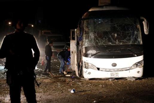Aumentan a cuatro los muertos por la explosión de una bomba al paso de un autobús turístico en Egipto.