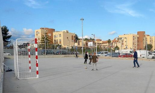 Las porterías y la canasta instaladas en las pistas polideportivas ya están abiertas a los ciudadanos, que pueden utilizarlas libremente durante todo el día.