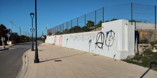 Los grafitis han aparecido en uno de los muros del depósito municipal