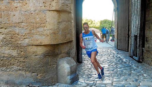 Adrián Guirado pasa el primero por el Portal de ses Taules.